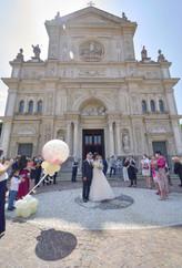 uscita sposi, sagrato, basilica San Martino Magenta, fotografo matrimonio Novara,