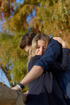 Fidanzati abbracciati