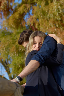 Fidanzati abbracciati, servizio di fidanzamento, fotografo di matrimonio