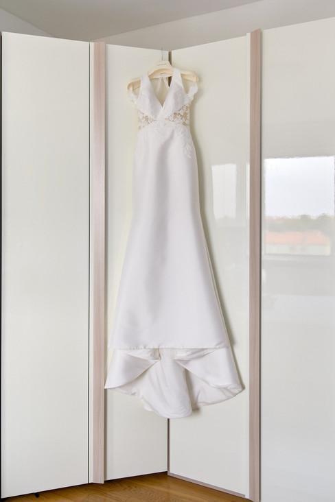 abito da sposa appeso, fotografo matrimonio Novara
