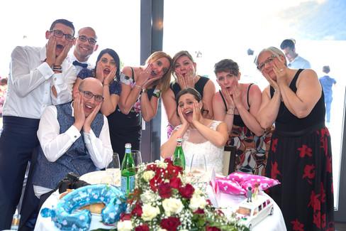 Foto al tavolo degli sposi con amici, fotografo matrimonio Novara,