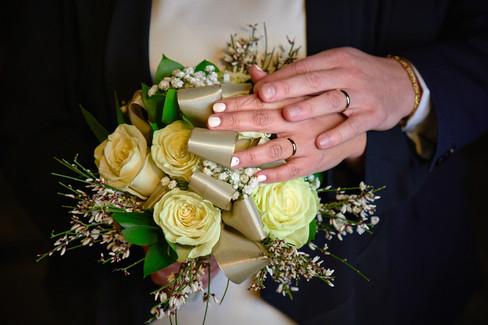 Dettaglio delle mani con le fedi anelli nuziali e bouquet, fotografo matrimonio Novara,