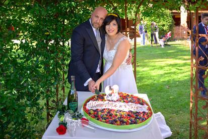 sposi che tagliano la torta nuziale, fotografo matrimonio Novara, al castello Sillavengo,