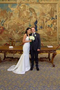 ritratto sposi in piedi, cerimonia matrimonio, sala degli Specchi palazzo Reale milano, fotografo matrimonio Novara,