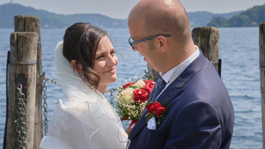 Primo piano degli sposi sul pontile che si guardano, fotografo matrimonio Novara,