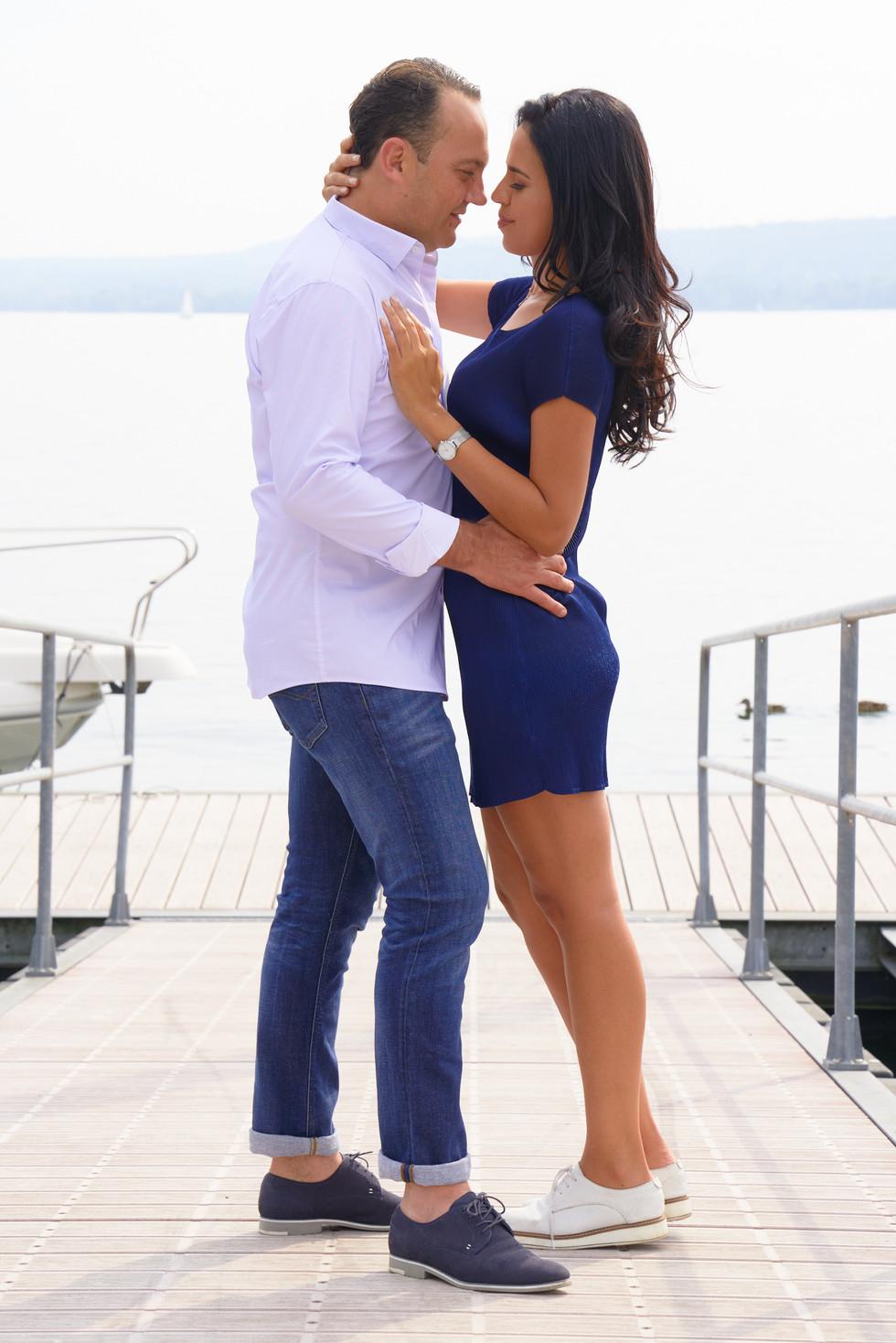fidanzati in piedi di fronte abbracciati, servizio di fidanzamento, fotografo di matrimonio Novara