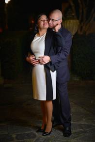 Sposi teneramente abbracciati di notte, piano americano, fotografo matrimonio Novara,