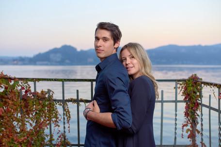 Fidanzati vicino al lago su foglie autunnali, servizio di fidanzamento, fotografo di matrimonio
