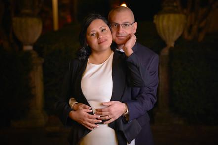 Sposi abbracciati di notte, mezza figura, fotografo matrimonio Novara,