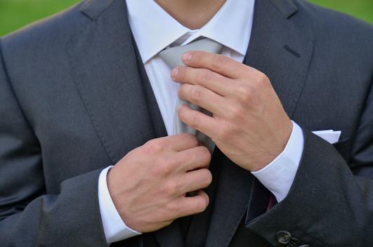 mani sposo, cravatta, fotografo matrimonio Novara,