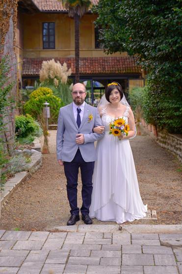 sposa e fratello, figura intera, fotografo matrimonio Novara, al castello Sillavengo,
