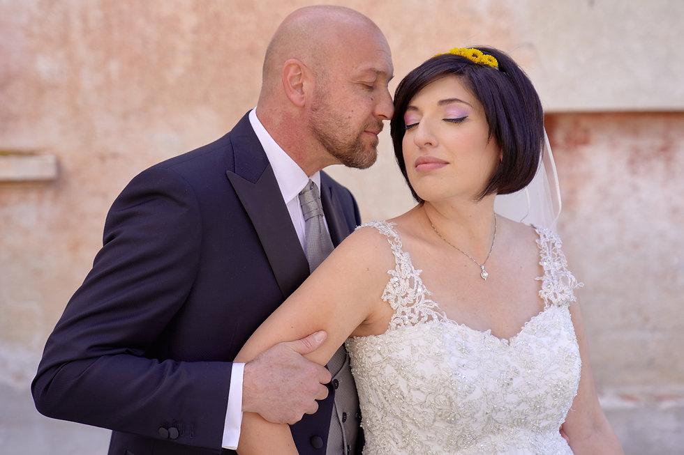 sposi vicini con gli occhi chiusi, tenerezza, fotografo matrimonio Novara