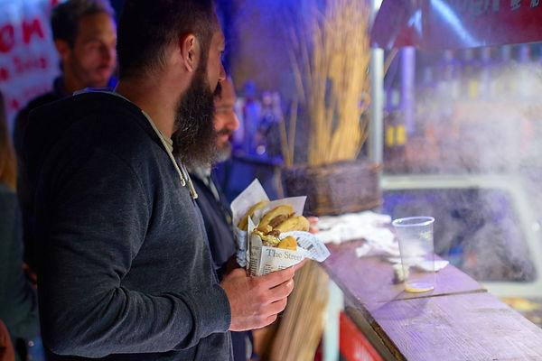 Street food uomo con panino