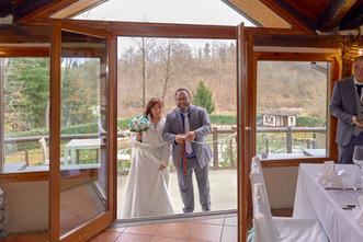 ingresso degli sposi al ricevimento, Laghetto della Gelata a Soriso, fotografo matrimonio Novara,