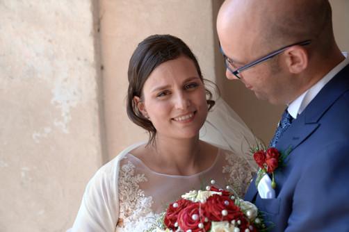 Primo piano della sposa che guarda in macchina vicino allo sposo, fotografo matrimonio Novara,