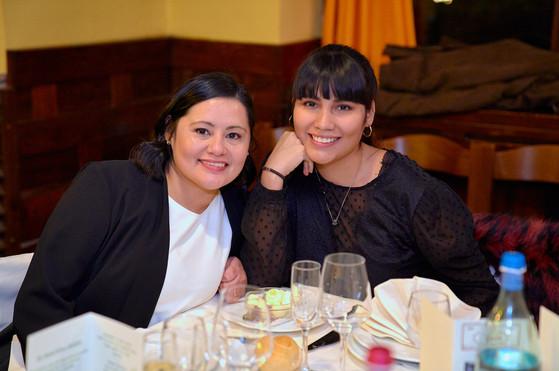 Sposa al tavolo con la figlia, fotografo matrimonio Novara,