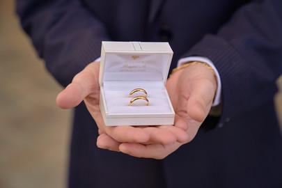 Fedi nuziali tenute in mano, fotografo matrimonio Novara,