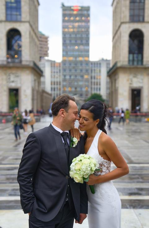 Sposi inpiazza duomo a Milano