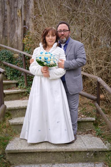ritratto sposi, figura intera, Laghetto della Gelata a Soriso esterni, fotografo matrimonio Novara,