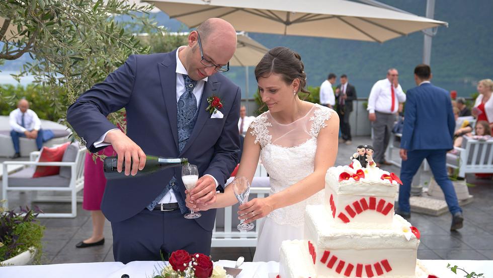 Sposi e brindisi al taglio della torta, fotografo matrimonio Novara,