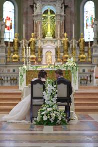sposi seduti di spalle, basilica San Martino Magenta, fotografo matrimonio Novara,