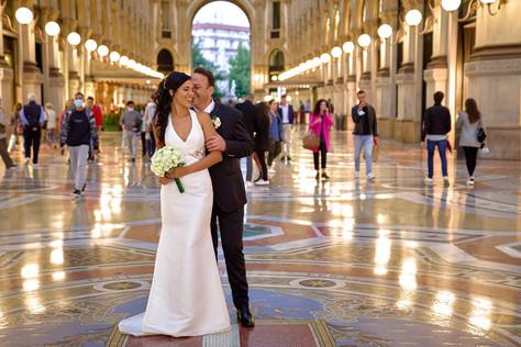 figura intera sposi all'interno della galleria Vittorio Emanuele a Milano, fotografo matrimonio Novara,