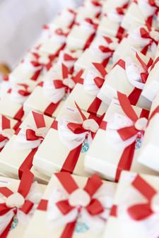 Scatole bomboniere con nastro rosso per il matrimonio