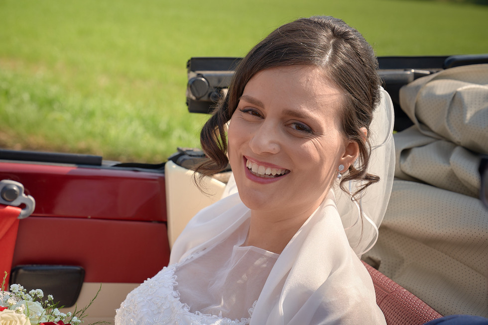 sposa in automobile cabrio sorridente, fotografo matrimonio Novara