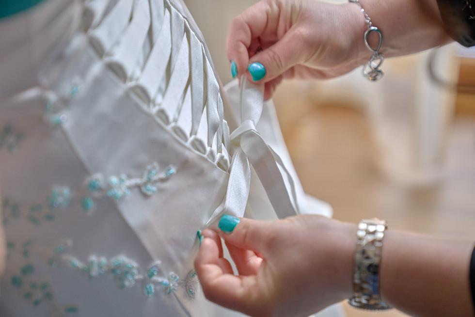 dettaglio lacci abito da sposa, fotografo matrimonio Novara,