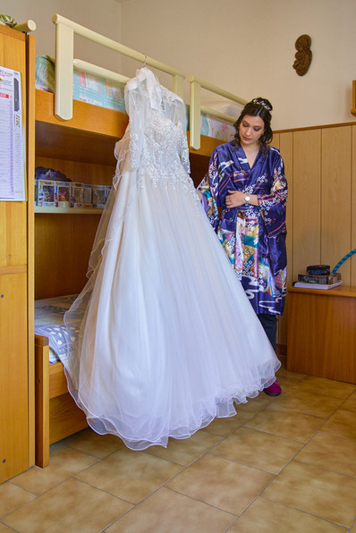 abito da sposa appeso, sposa, fotografo matrimonio Novara