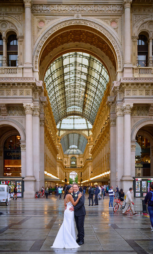 sposi abbracciati, piazza del duomo Milano, galleria vittorio emanuele, fotografo matrimonio Novara,