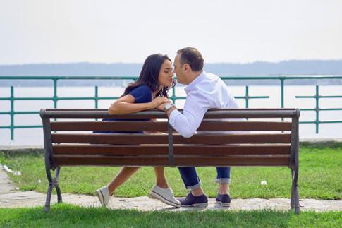 fidanzati seduti su panchina al lago, servizio di fidanzamento, fotografo di matrimonio