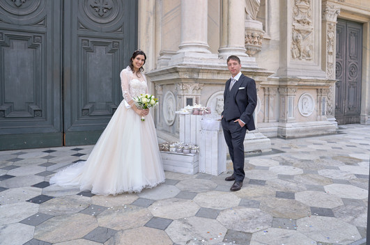 sposi, figura intera, sagrato, basilica San Martino Magenta, fotografo matrimonio Novara,