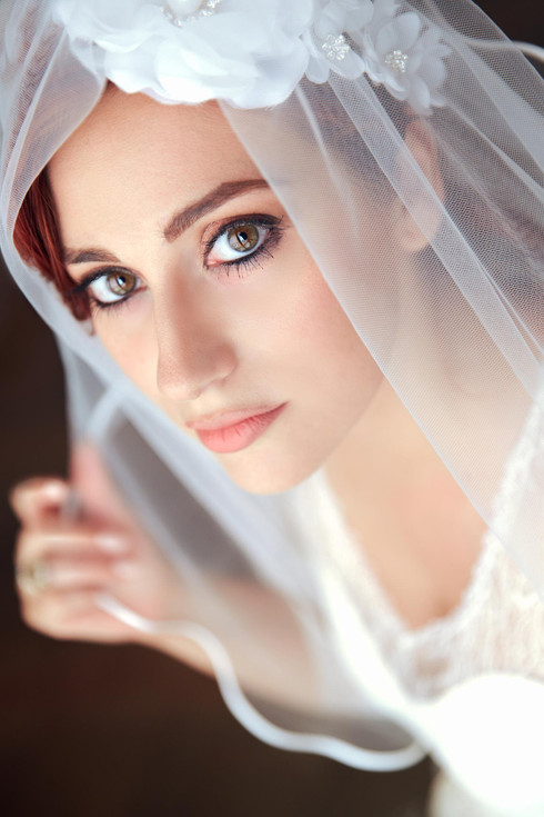 Primo piano viso sposa con velo