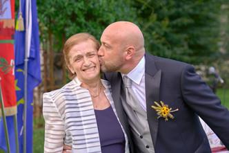 sposo che bacia la mamma,