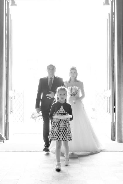 ingresso sposa, damigella, padre sposa, basilica San Martino Magenta, fotografo matrimonio Novara,