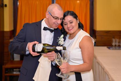 Sposo versa spumante champagne alla sposa, fotografo matrimonio Novara,
