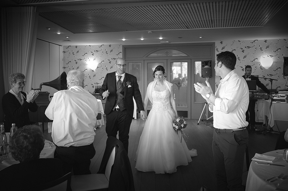 Ingresso degli sposi all'hotel ristorante Giardinetto, fotografo matrimonio Novara,