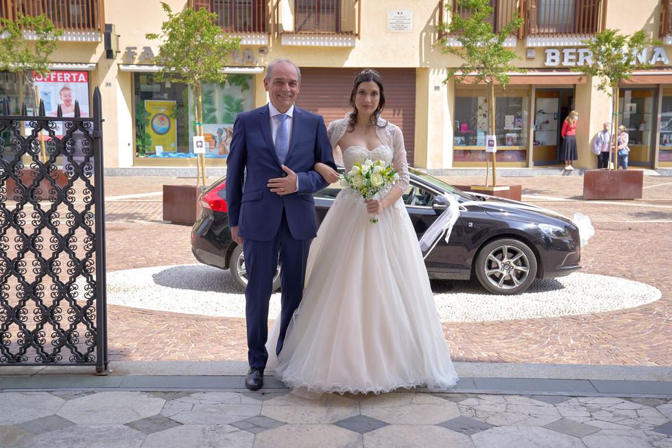 sposa, papà sposa, basilica San Martino Magenta, fotografo matrimonio Novara