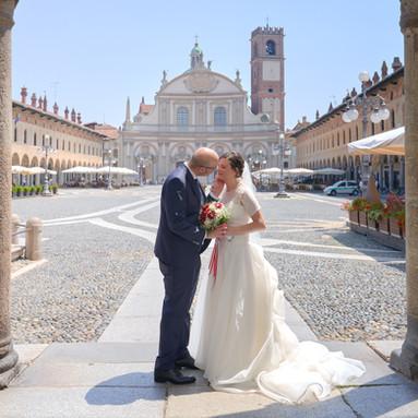 Sposi in piazza ducale a vigevano, fotografo matrimonio Novara