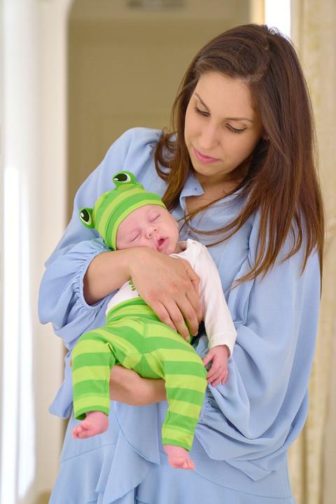 New born photography, fotografie neonati, foto di famiglia, mamma con in braccio il bambino, neonato, fotografo Novara, Studio Icona Wedding, fotografo matrimonio Novara,