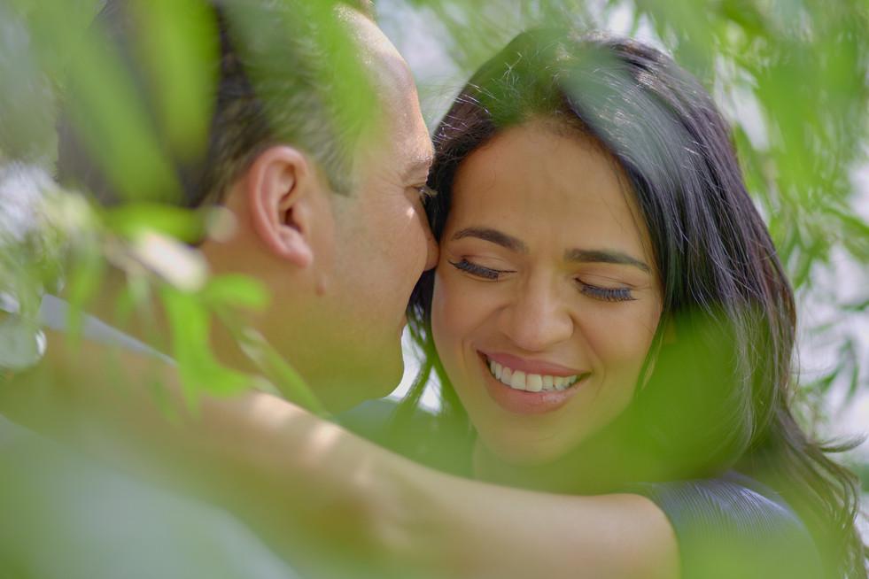 fidanzati abbracciati, primo piano, servizio di fidanzamento, fotografo di matrimonio Novara,
