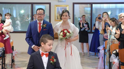 ingresso della sposa verso l'altare, fotografo matrimonio Novara