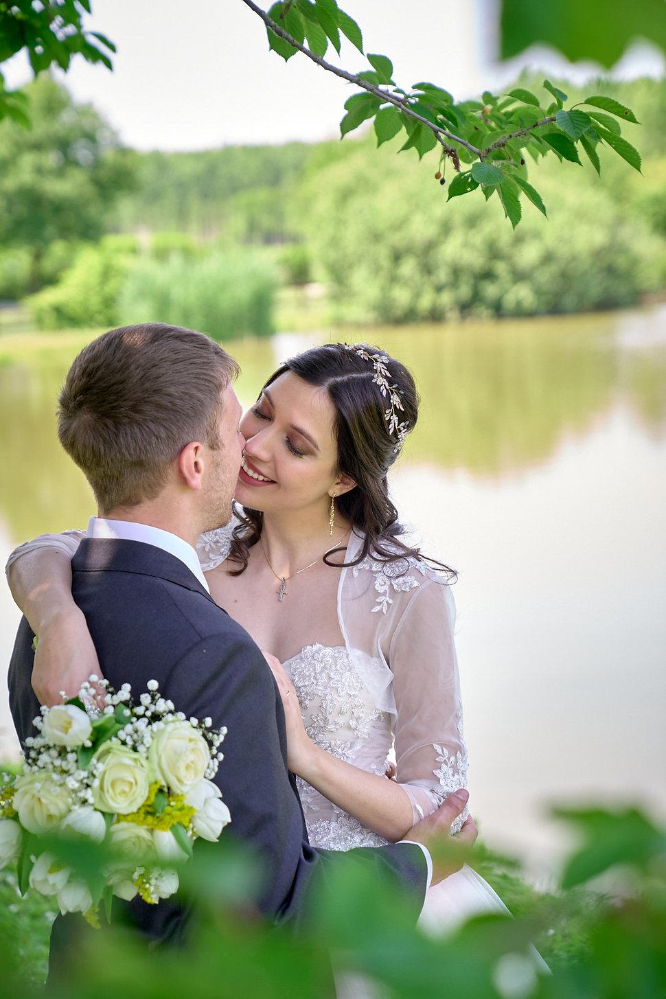 matrimonio green, sposi abbracciati, fotografo matrimonio Novara, matrimonio cascina Riazzolo,