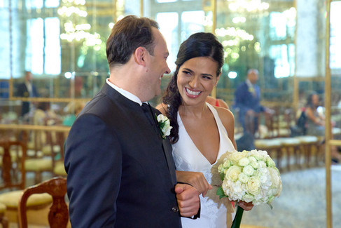 sposi sorridenti, cerimonia, sala degli specchi palazzo Reale Milano, fotografo matrimonio Novara,