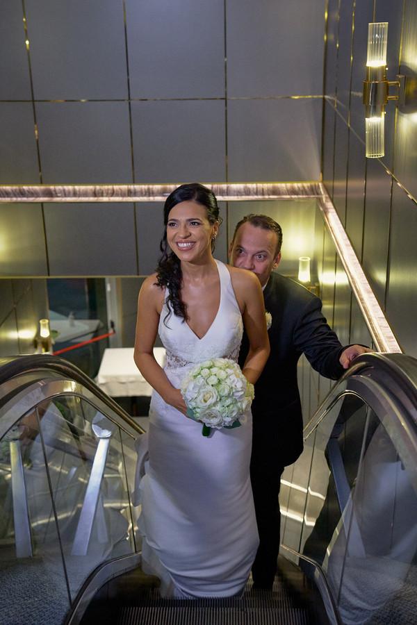sposa sorridente, scale mobili, fotografo matrimonio Novara,