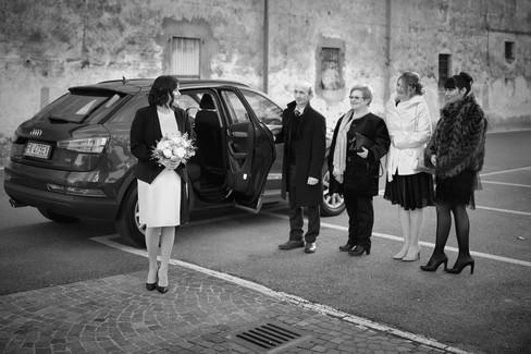 Sposa scesa dalla macchina con gli invitati, fotografo matrimonio Novara, bianco e nero, fotografo matrimonio Novara,