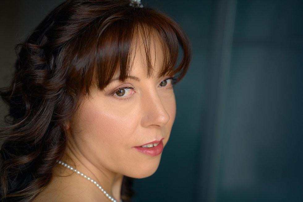 Primo piano della sposa, collana di perle, fotografo Novara