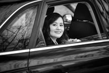 Arrivo della sposa in macchina, matrimonio bianco e nero,