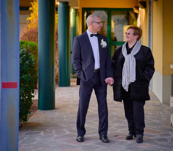 Sposo e mamma dello sposo, figura intera, fotografo matrimonio Novara,